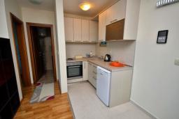 Кухня. Черногория, Рафаиловичи : Апартамент в 50 метрах от пляжа, с гостиной, отдельной спальней и балконом