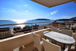 Вид на море. Черногория, Рафаиловичи : Апартамент в 50 метрах от пляжа, с гостиной, отдельной спальней и балконом с видом на море