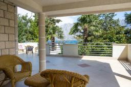 Терраса. Черногория, Прчань : Апартамент с террасой и видом на море, гостиная, отдельная спальня