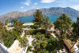 Вид на море. Черногория, Прчань : Апартамент с балконом и видом на море, гостиная, отдельная спальня