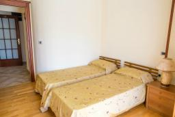 Спальня. Черногория, Прчань : Апартамент с террасой и видом на море, гостиная, отдельная спальня