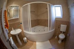 Ванная комната. Черногория, Прчань : Апартамент с балконом и видом на море, гостиная, отдельная спальня