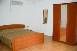Спальня. Черногория, Сутоморе : Просторный пентхаус с гостиной, тремя спальнями и двумя ванными комнатами