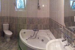 Ванная комната. Черногория, Сутоморе : Просторный пентхаус с гостиной, тремя спальнями и двумя ванными комнатами