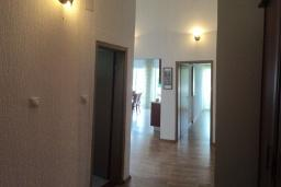 Коридор. Черногория, Сутоморе : Просторный пентхаус с гостиной, тремя спальнями и двумя ванными комнатами