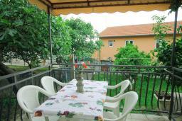 Терраса. Черногория, Тиват : Студия с кондиционером, телевизором и террасой