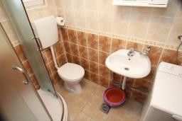 Ванная комната. Черногория, Тиват : Студия с кондиционером, телевизором и террасой
