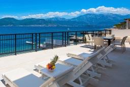 Терраса. Черногория, Крашичи : Шикарная вилла со своим пляжем, 2 спальни и 2 гостиные со спальными местами, 2 ванные комнаты, большая терраса с шикарным видом на море, барбекю, 2 парковочных места, Wi-Fi