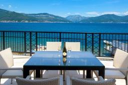 Обеденная зона. Черногория, Крашичи : Шикарная вилла со своим пляжем, 2 спальни и 2 гостиные со спальными местами, 2 ванные комнаты, большая терраса с шикарным видом на море, барбекю, 2 парковочных места, Wi-Fi