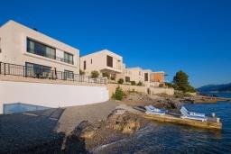 Фасад дома. Черногория, Крашичи : Шикарная вилла со своим пляжем, 2 спальни и 2 гостиные со спальными местами, 2 ванные комнаты, большая терраса с шикарным видом на море, барбекю, 2 парковочных места, Wi-Fi