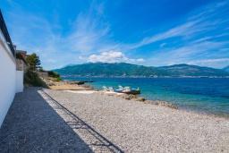 Ближайший пляж. Черногория, Крашичи : Шикарная вилла со своим пляжем, 2 спальни и 2 гостиные со спальными местами, 2 ванные комнаты, большая терраса с шикарным видом на море, барбекю, 2 парковочных места, Wi-Fi