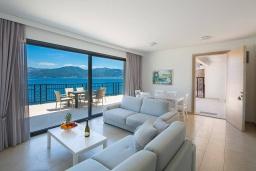 Гостиная. Черногория, Крашичи : Шикарная вилла со своим пляжем, 2 спальни и 2 гостиные со спальными местами, 2 ванные комнаты, большая терраса с шикарным видом на море, барбекю, 2 парковочных места, Wi-Fi