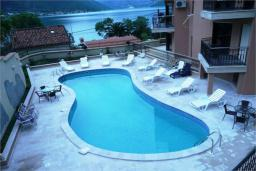 Бассейн. Черногория, Доброта : Апартамент в 50 метрах от пляжа, большая гостиная, две спальни, балкон с видом на море