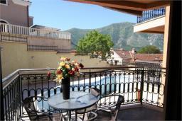 Балкон. Черногория, Доброта : Апартамент в 50 метрах от пляжа, большая гостиная, две спальни, балкон с видом на море