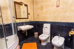 Ванная комната. Черногория, Доброта : Апартамент в 50 метрах от пляжа, большая гостиная, две спальни, балкон с видом на море