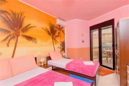 Спальня. Черногория, Доброта : Апартамент в 50 метрах от пляжа, большая гостиная, две спальни, балкон с видом на море