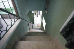 Лестница наверх. Черногория, Герцег-Нови : Каменный дом с двориком, 2 гостиные, 4 спальни, 3 ванные комнаты, Wi-Fi