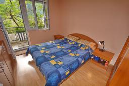Спальня. Черногория, Доброта : Апартамент с видом на море, гостиная и отдельная спальня