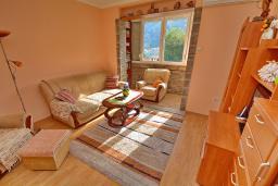 Гостиная. Черногория, Доброта : Апартамент с видом на море, гостиная и отдельная спальня