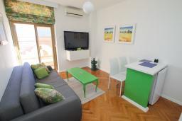 Гостиная. Черногория, Герцег-Нови : Апартамент с балконом и видом на море, гостиная и отдельная спальня