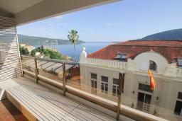 Балкон. Черногория, Герцег-Нови : Апартамент с балконом и видом на море, гостиная и отдельная спальня
