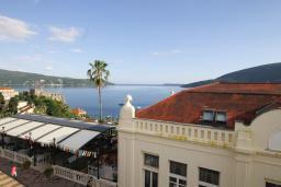 Вид на море. Черногория, Герцег-Нови : Апартамент с балконом и видом на море, гостиная и отдельная спальня