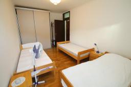 Спальня. Черногория, Игало : Апартамент с балконом и шикарным видом на море, гостиная, две отдельные спальни, Wi-Fi