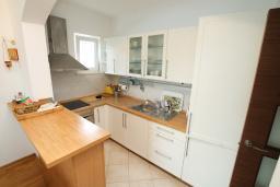Кухня. Черногория, Игало : Апартамент с балконом и шикарным видом на море, гостиная, две отдельные спальни, Wi-Fi