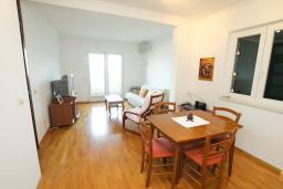 Гостиная. Черногория, Игало : Апартамент с балконом и шикарным видом на море, гостиная, две отдельные спальни, Wi-Fi
