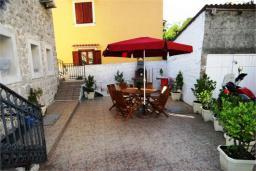 Терраса. Черногория, Доброта : Апартамент на берегу моря, гостиная, 2 отдельные спальни, терасса