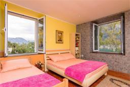 Спальня 2. Черногория, Доброта : Апартамент на берегу моря, гостиная, 2 отдельные спальни, терасса