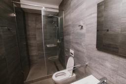 Ванная комната. Черногория, Тиват : Номер-студио Делюкс с балконом и видом на море