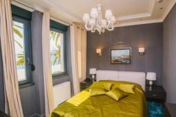 Спальня. Черногория, Тиват : Номер-студио Делюкс с балконом и видом на море