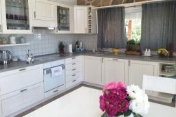 Кухня. Черногория, Кримовица : Вилла с видом на море, 4 спальни, 2 ванные комнаты, зеленый дворик, место для барбекю, парковка, Wi-Fi