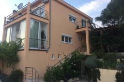 Фасад дома. Черногория, Кримовица : Вилла с видом на море, 4 спальни, 2 ванные комнаты, зеленый дворик, место для барбекю, парковка, Wi-Fi