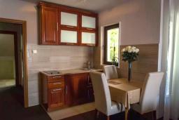 Кухня. Черногория, Мельине : Апартамент в 30 метрах от пляжа и с видом на море, 2 спальни