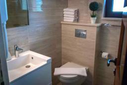 Ванная комната. Черногория, Мельине : Апартамент в 30 метрах от пляжа и с видом на море, 2 спальни