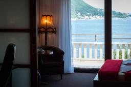Вид на море. Черногория, Мельине : Апартамент в 30 метрах от пляжа и с видом на море, 2 спальни