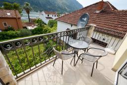 Балкон. Черногория, Доброта : 2-х этажный апартамент с балконом с шикарным видом на залив, 30 метров до моря