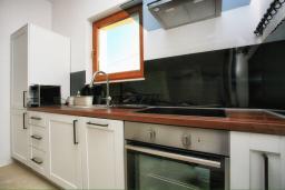 Кухня. Черногория, Герцег-Нови : Шикарная вилла с бассейном и видом на море, 4 спальни, 4 ванные комнаты, дворик, гараж