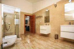 Ванная комната. Черногория, Герцег-Нови : Шикарная вилла с бассейном и видом на море, 4 спальни, 4 ванные комнаты, дворик, гараж