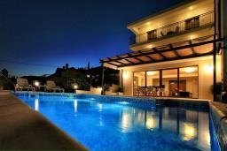 Бассейн. Черногория, Герцег-Нови : Шикарная вилла с бассейном и видом на море, 4 спальни, 4 ванные комнаты, дворик, гараж