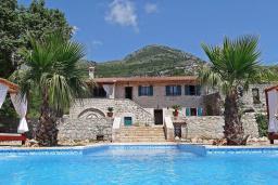 Фасад дома. Черногория, Сутоморе : Шикарная вилла с бассейном и зеленой территорией, большая гостиная, 2 спальни, 2 ванные комнаты, джакузи, место для барбекю, Wi-Fi