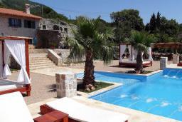 Бассейн. Черногория, Сутоморе : Шикарная вилла с бассейном и зеленой территорией, большая гостиная, 2 спальни, 2 ванные комнаты, джакузи, место для барбекю, Wi-Fi