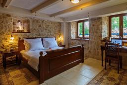 Спальня. Черногория, Сутоморе : Шикарная вилла с бассейном и зеленой территорией, большая гостиная, 2 спальни, 2 ванные комнаты, джакузи, место для барбекю, Wi-Fi