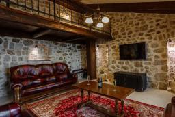Гостиная. Черногория, Сутоморе : Шикарная вилла с бассейном и зеленой территорией, большая гостиная, 2 спальни, 2 ванные комнаты, джакузи, место для барбекю, Wi-Fi