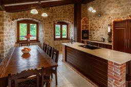 Кухня. Черногория, Сутоморе : Шикарная вилла с бассейном и зеленой территорией, большая гостиная, 2 спальни, 2 ванные комнаты, джакузи, место для барбекю, Wi-Fi