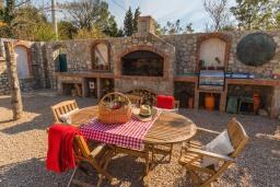 Обеденная зона. Черногория, Сутоморе : Шикарная вилла с бассейном и зеленой территорией, большая гостиная, 2 спальни, 2 ванные комнаты, джакузи, место для барбекю, Wi-Fi