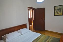 Спальня 3. Черногория, Пераст : Апартамент на берегу залива с балконом и видом на море, 3 спальни, 2 ванные комнаты