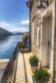 Балкон. Черногория, Пераст : Апартамент на берегу залива с балконом и видом на море, 3 спальни, 2 ванные комнаты